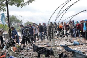Alcuni profughi attraversano il confine macedone