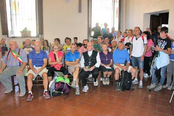 Il gruppo dei partecipanti durante i saluti prima della partenza della marcia Assisi-Gubbio