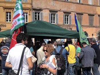 Il sit-in dei sindacati della Perugina in piazza della Repubblica
