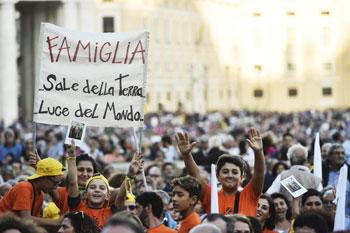 La veglia di preghiera in piazza San Pietro per l'apertura del Sinodo sulla Famiglia