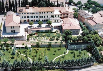 """Visione aerea della Casa di Riposo """"M. Clelia"""" con accanto la Scuola dell'Infanzia"""