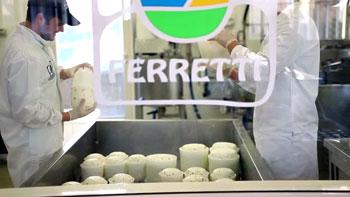 La lavorazione del formaggio nell'azienda Ferretti