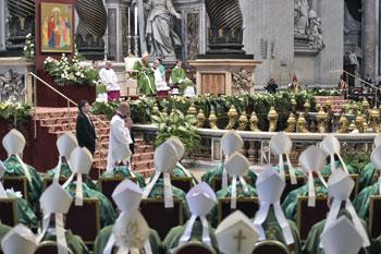 La celebrazione conclusiva del Sinodo. A sinistra l'icona della Santa Famiglia