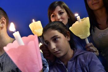 Alcuni partecipanti alla veglia di preghiera organizzata dalla Cei per il Sinodo straordinario sulla famiglia