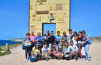 La delegazione folignate a Lampedusa davanti alla Porta d'Europa