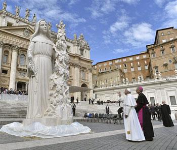 Papa Francesco e l'arcivescovo Renato Boccardo davanti alla statua di santa Rita in piazza San Pietro