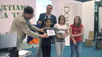 Riccardi Liguori e Carlo Moretti mentre premiano i vincitori del concorso