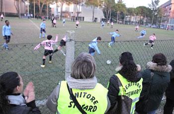 Una partita di calcio tra bambini con genitori-steward per bloccare le risse tra genitori