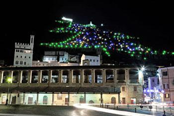 Veduta dell'albero di Natale di Gubbio dalla Loggia dei tiratori