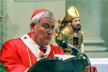 Il card. Bassetti con accanto le reliquie di S. Ercolano esposte nella chiesa universitaria