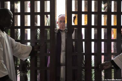 Papa-Francesco--nella-cattedrale-(Bangui,-29-novembre-2015) apre portasanta