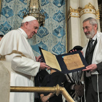 Papa Francesco con il rabbino capo Riccardo Di Segni in visita alla sinagoga di Roma