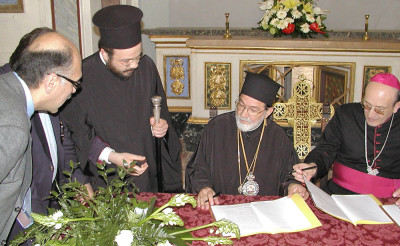 Mons. Chiaretti consegna la chiesa al vescovo Gennadios (14 maggio 2005)