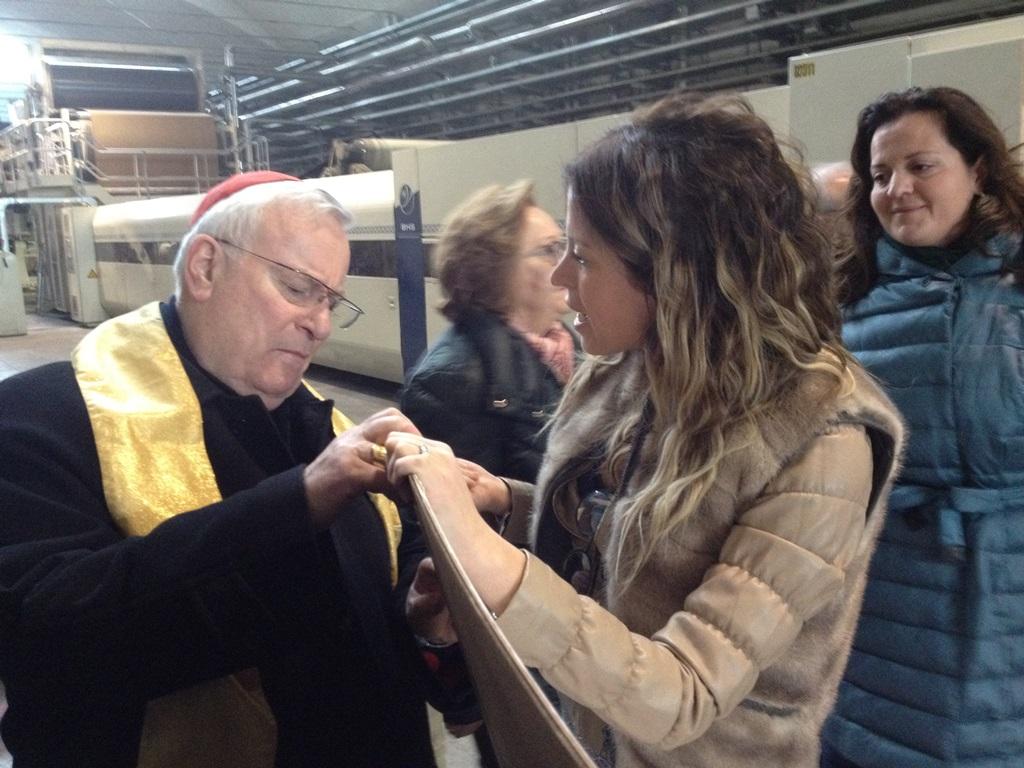 Perugia, visita alla Benedetti spa. Al card. Bassetti viene mostrato un cartone ondulato  prodotto in azienda