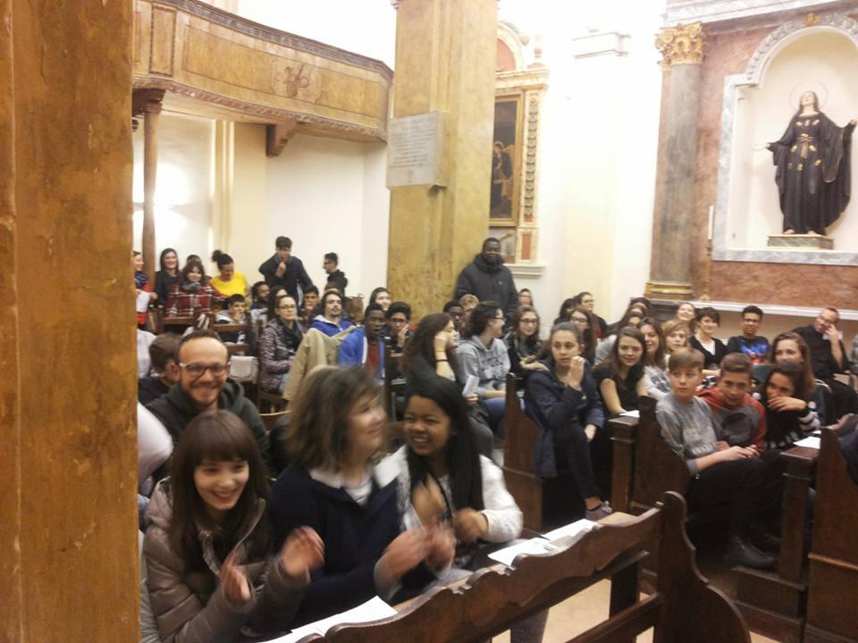Valfabbrica_giovani nella chiesa di Santa Maria Assunta_facebook