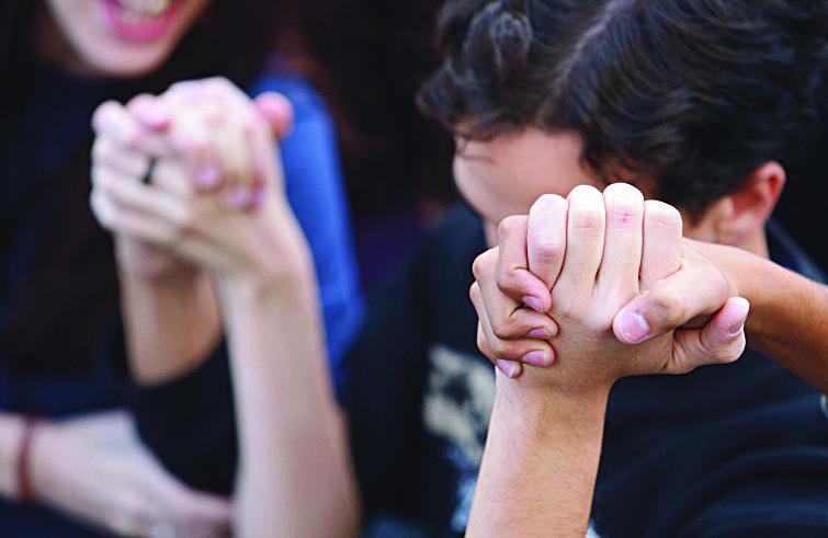 Relazioni. Giovani che si tengono per mano