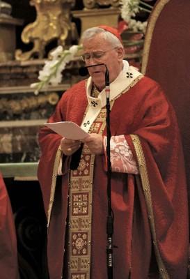 Il Cardinale Bassetti pronuncia l'omelia nella celebrazione per il suo 50° di ordinazione (foto A. Coli)