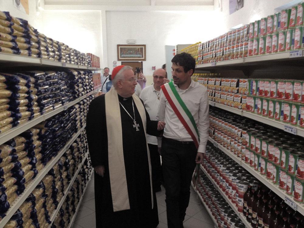 sindaco-e-cardinale-all'interno-emporio-siloe-dopo-inaugurazione