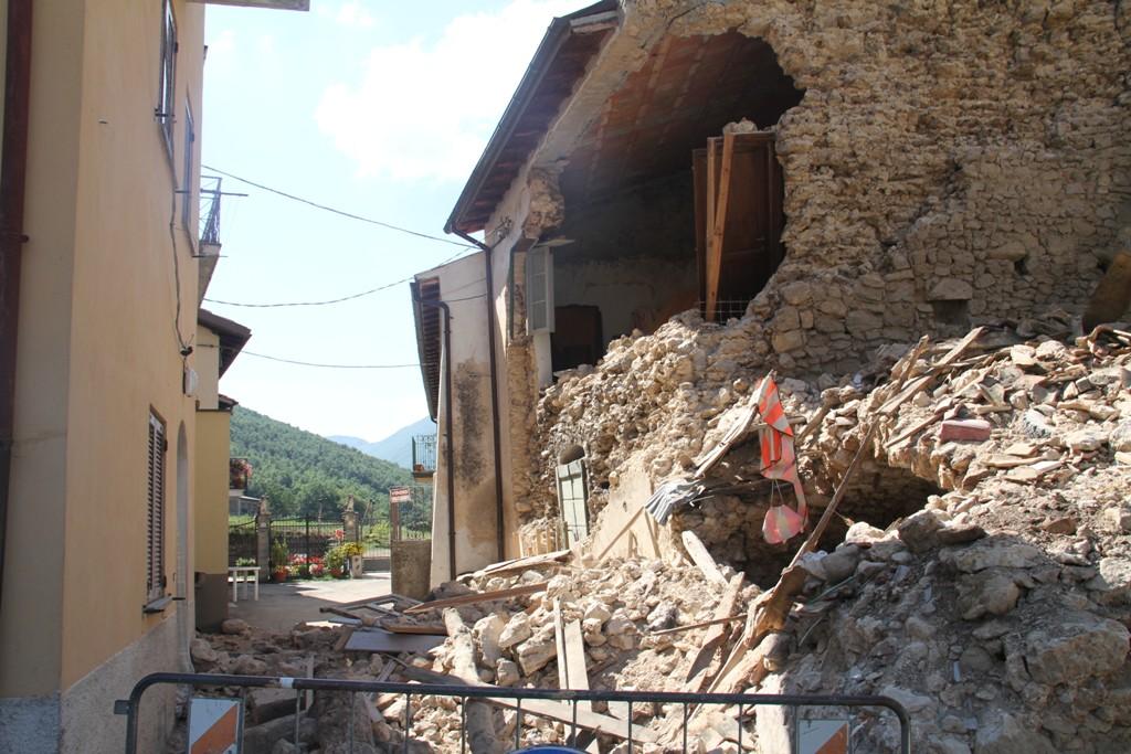 Macerie nell'abitato di San Pellegrino di Norcia nelle vicinanze della chiesa distrutta