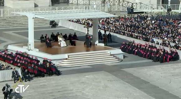 22-10-2016 Pellegrinaggio delle diocesi umbre a Roma. Vescovi umbri sul sagrato di San Pietro (a destra)