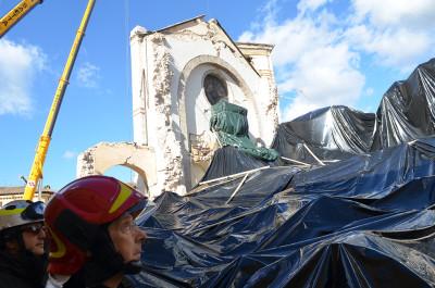 Bagnasco osserva ciò che è rimasto della basilica di San Benedetto