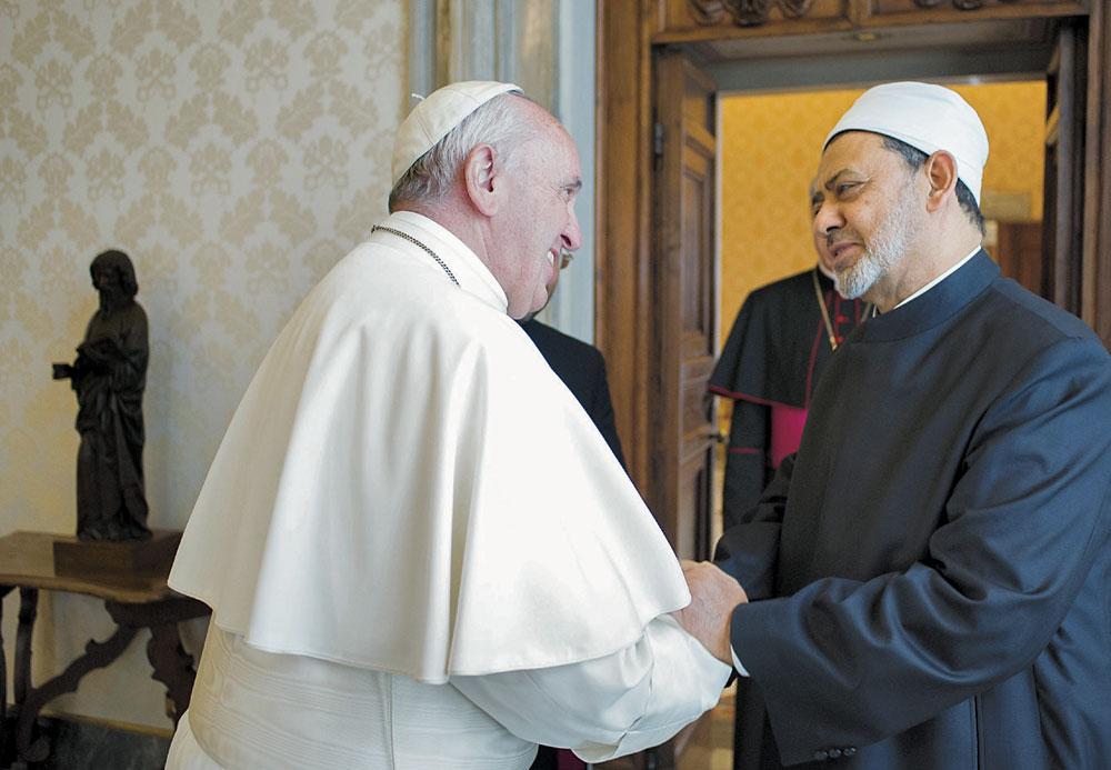 Papa-Francesco-riceve-in-udienza-Ahmad-Muhammad-Al-Tayyib,-Grande-Imam-di-Al-Azhar-(Vaticano,-23-maggio-2016)-cmyk