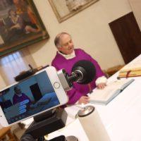 Mons. Luigi Filippucci celebra la messa