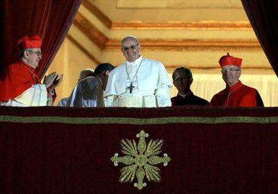 Papa Francesco appena eletto saluta la folla