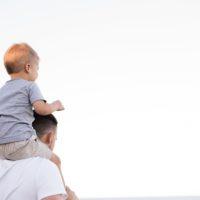 famiglie. Papà con in braccio il figlio