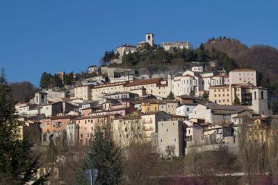 A destra del borgo il monastero di santa Rita da cascia con le sue mura bianche