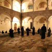 I frati nel chiostro della basilicadi San Francesco