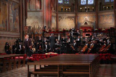 Andrea Bocelli durante la registrazione del concerto nella Basilica Superiore di Assisi