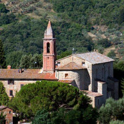 La chiesa di Santa Maria Assunta con il campanile a Paciano