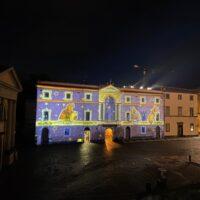 L'immagine di Dante ritratta sulla facciata illuminata del palazzo dell'Opera del Duomo di Orvieto