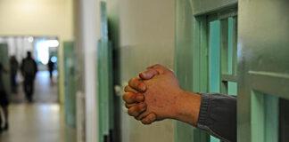 Mani fuori dalle sbarre del carcere