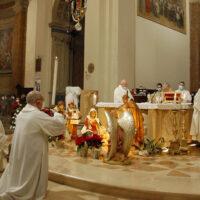 Il vescovo Giuseppe Piemontese celebra la messa con il canto del Te Teum in cattedrale