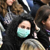 Festa della donna 2021. Donna con mascherina in udienza dal Papa