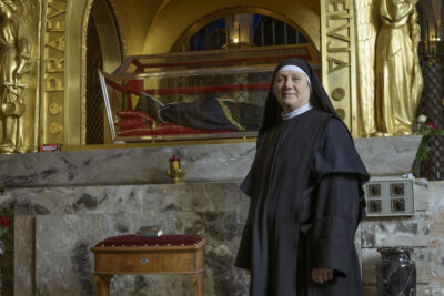 La Priora del Monastero Santa Rita di Cascia, Suor Maria Rosa Bernardinis,davanti all'urna di Santa Rita
