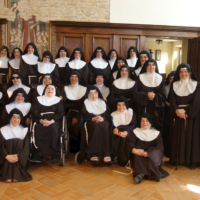 Suor Giuseppa, la tersa da sinistra, in seconda fila, al centro del gruppo di suore della comunità delle clarisse del monastero di Città della Pieve