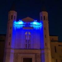 La facciata della basilica di Santa Rita di Cascia illuminata di blu
