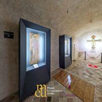 Una sala del Museo della Porziuncola di Assisi con le teche contenenti alcune opere