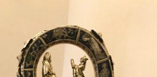 Un primo piano della decorazione del Riccio di pastorale conservato presso il Museo diocesano