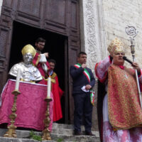 Il vescovo Piemontese sul sagrato della cattedrale di Narni