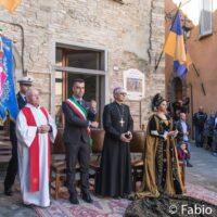 La rappresentazione della santa Spina con il vescovo Cancian, il parroco e il sindaco in una edizione passata (Foto Fabio Paltrinieri)