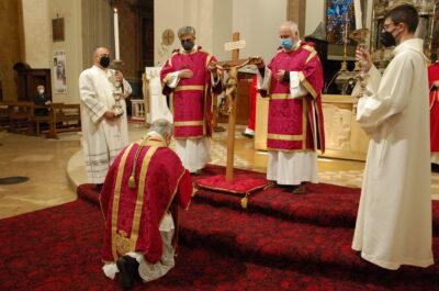 La celebrazione della veglia del venerdì santo nella cattedrale di Terni