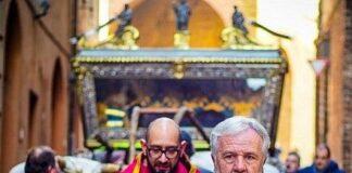 città della pieve, il parroco don sorbaioli e il sindaco risini in processione