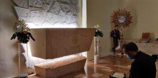 Una persona in preghiera davanti alla tomba di carlo Acutis all'interno del santuario della Spogliazione