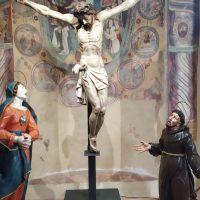 Da sinistra la statua lignea della Madonna addolorata, il Cristo crocifisso e san Francesco