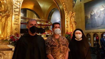 Padre Luciano De Michieli, il generale Figliuolo e la priora del monastero suor Maria Rosa Bernardinis davanti all'urna di santa Rita da Cascia