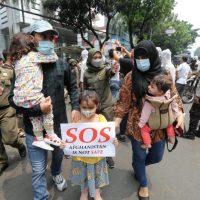"""Afghanistan manifestazione di civili con donne e bambini mostrano scritte """"S.O.S. afghanistan is not safe"""""""